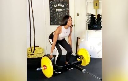 Watch Naomi Campbell Deadlift 105 Pounds Like It's No Biggie